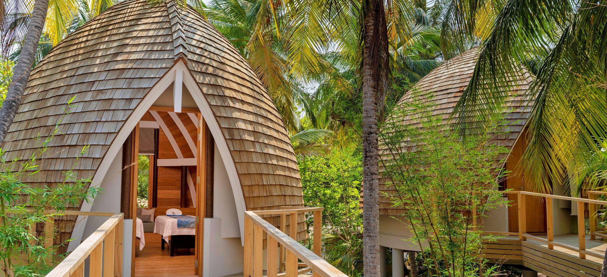 Massageräume in Faarufushi Maldives, in die Natur eingefasst. Eierförmig in die Natur eingefügt, aus natürlichen Stoffen gefertigt