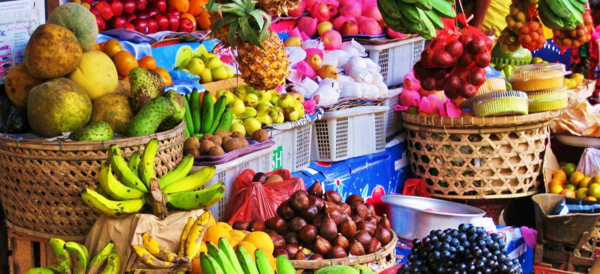 Bunte Auswahl eines Fruchtmarktes in Bali