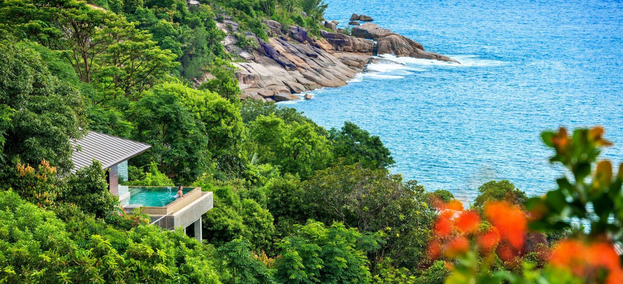 Eine Villa im Hotel Four Seasons Resort Seychelles am Hügel im Dschungel, mit Blick auf das Meer