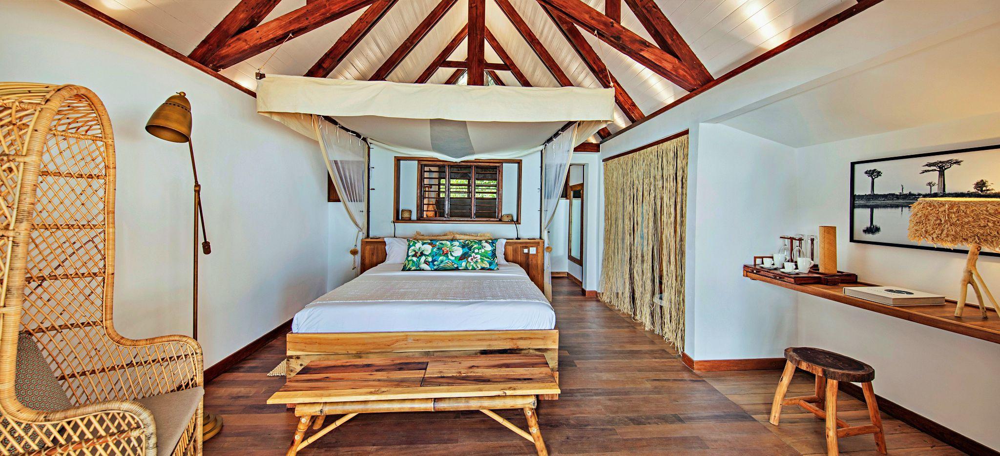 Schlafzimmer einer Beach Villa im Hotel Constance Tsara Banjina