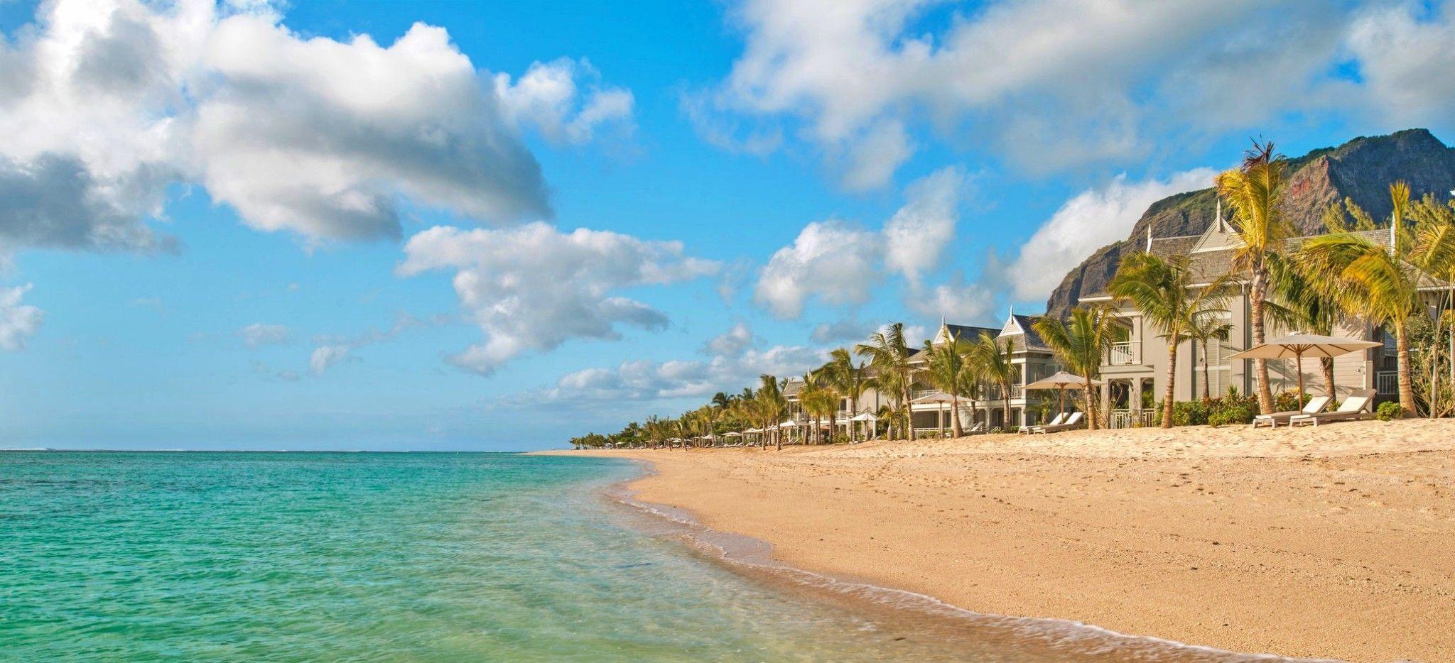 "Ein Strand auf Mauritius, dahinter das Hotel ""St. Regis Mauritius"""