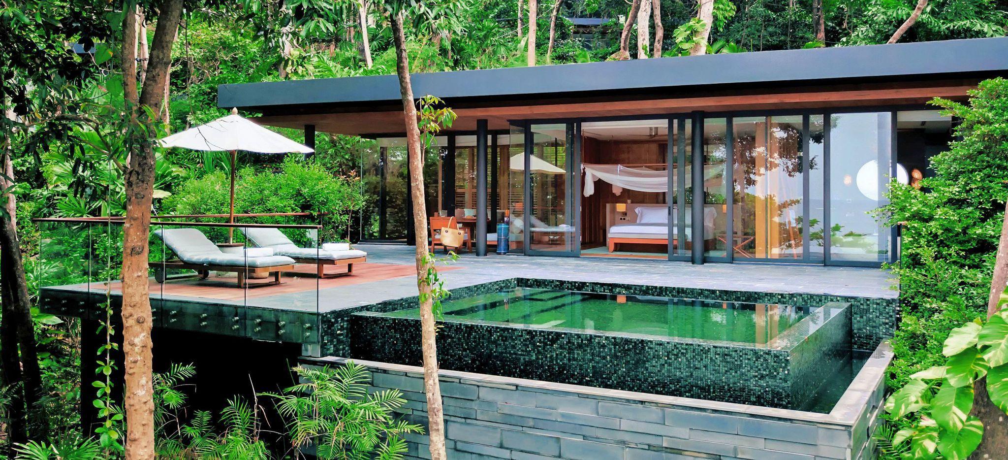 Blick auf ein modern und kantig gestaltetes Hotelzimmer mit Pool und Sonnenterrasse umringt von Dschungel, Hotelzimmer Ocean Pool Villa Suite im Hotel Six Senses Krabey Island