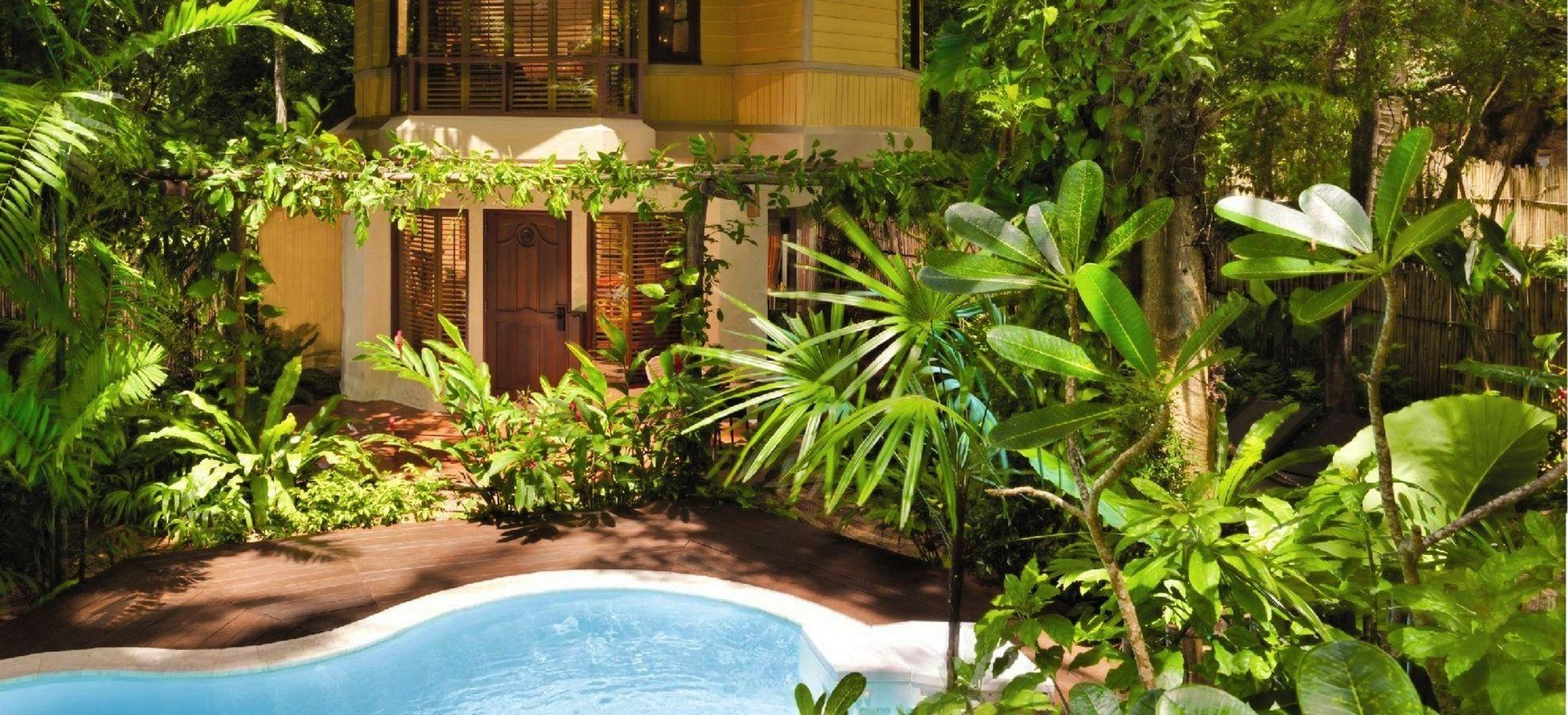 Eine Villa im Dschungel mit einem Pool