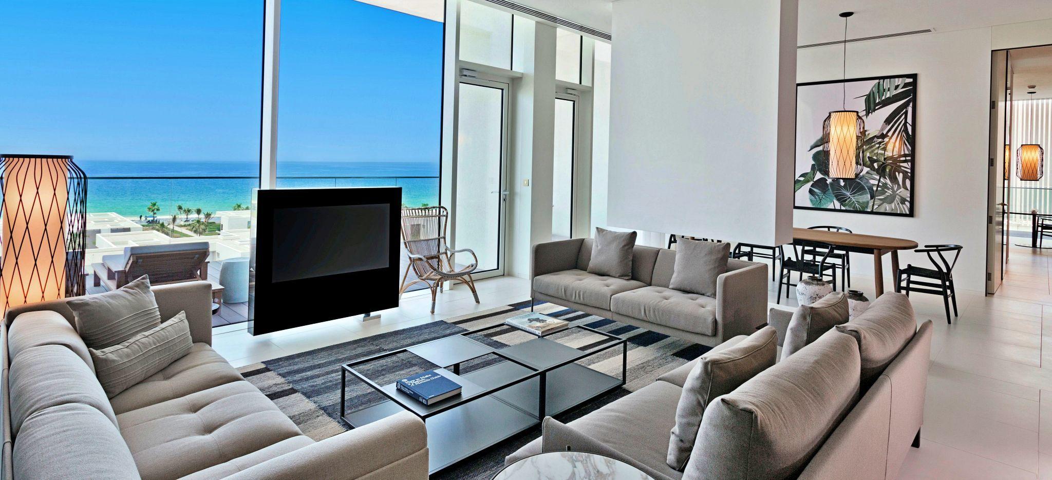 Wohnzimmer mit Blick auf das Meer im Hotel Oberoi Al Zorah, Ajman