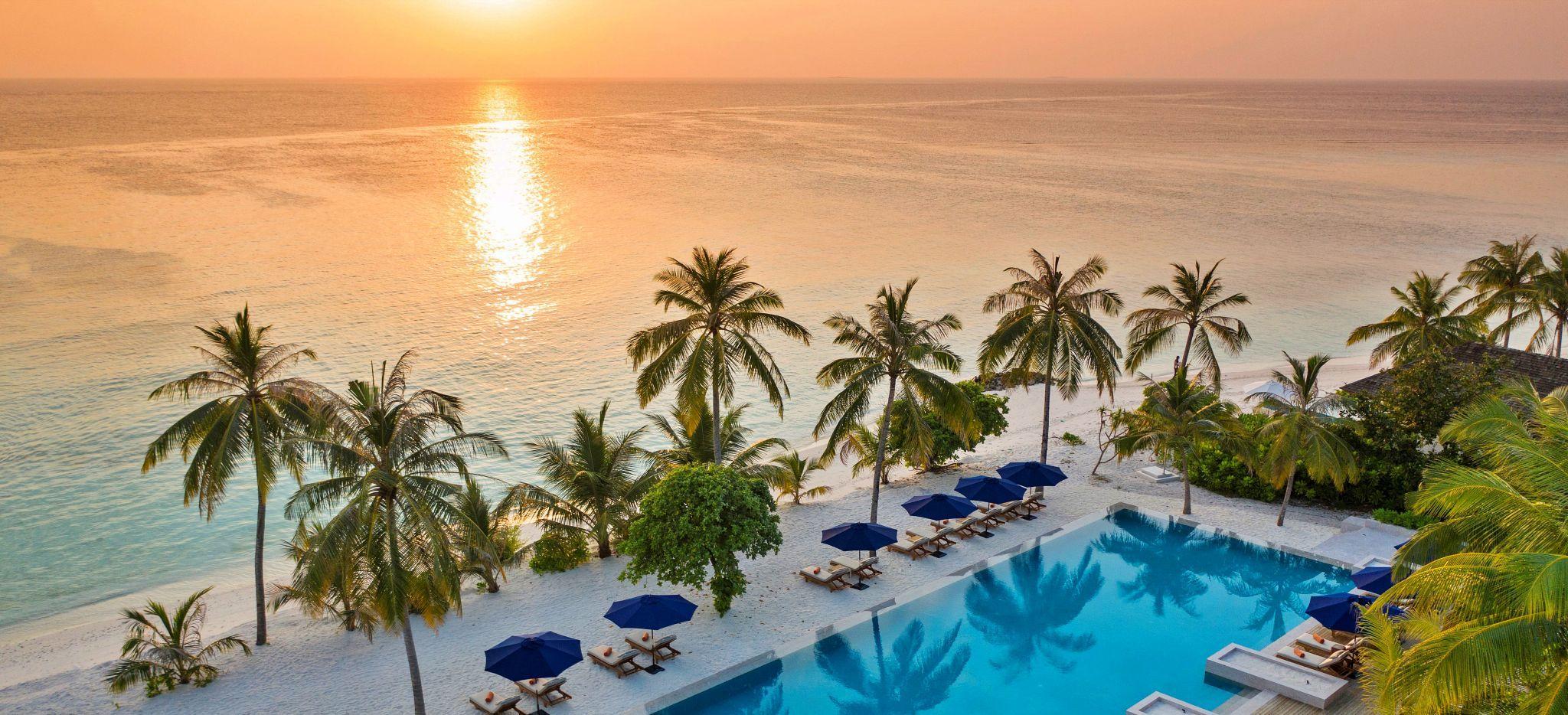 Blick auf den Sonnenuntergang über dem Meer, über den Pool des FaaruFushi gesehen